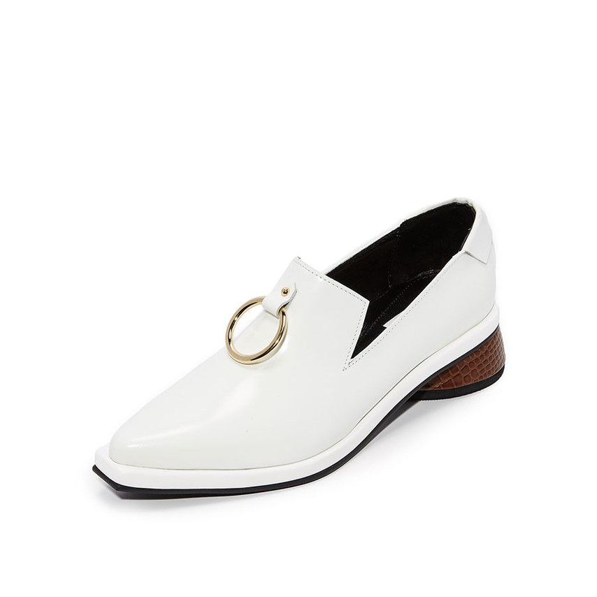 Ivory loafers με χρυσό κρίκο.